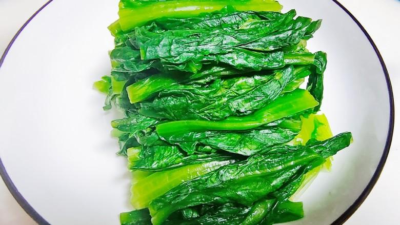 凉拌油麦菜,将焯过水的油麦菜捞出过凉水,挤干水份备用。