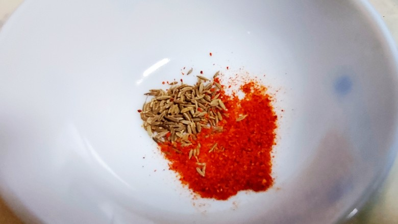 凉拌油麦菜,在放入辣椒面