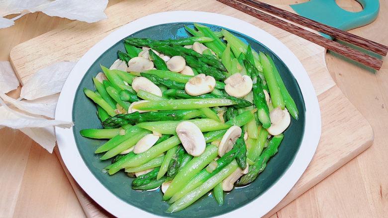 芦笋炒蘑菇,减脂期不可多得的美食。