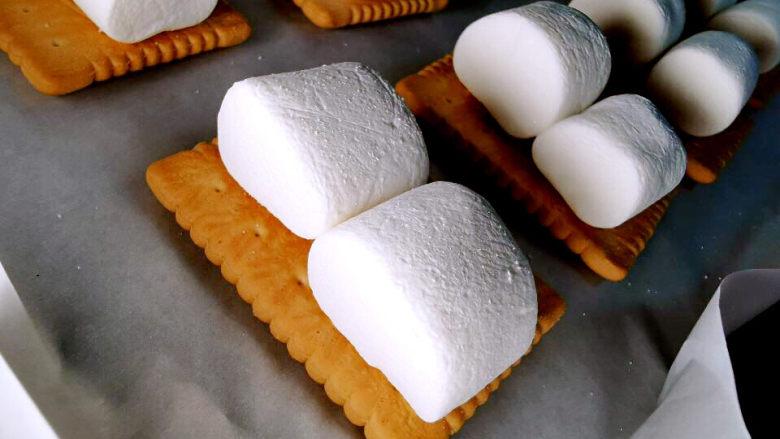 棉花糖饼干,饼干上放二颗棉花糖