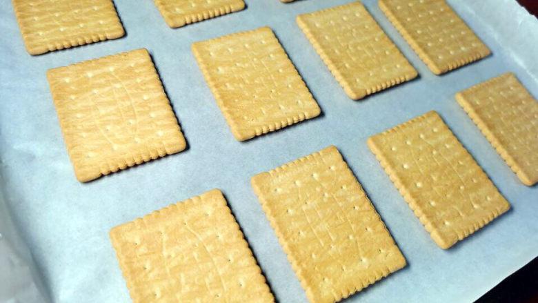 棉花糖饼干,烤盘铺上烘焙纸,放上饼干