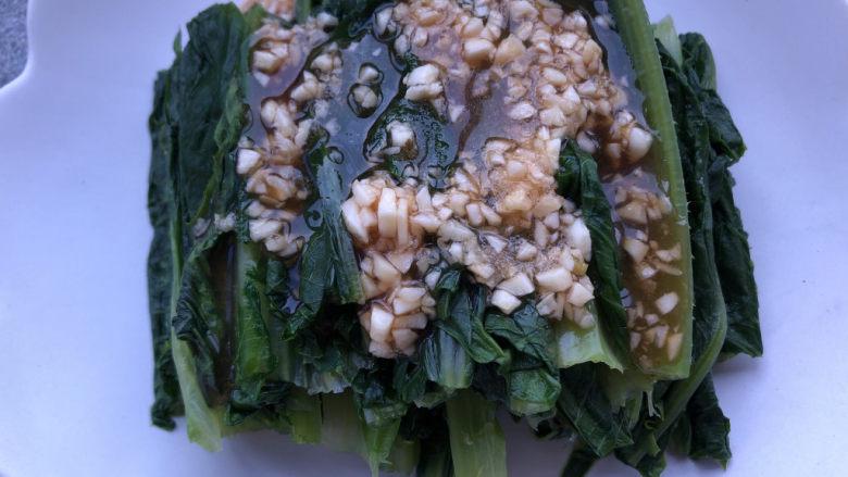 凉拌油麦菜,淋在油麦菜上即可。