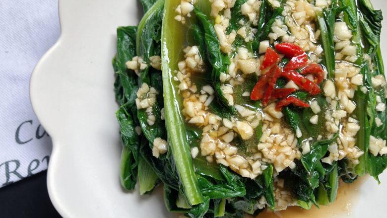 凉拌油麦菜,可以再点缀上几丝红尖椒,养眼。