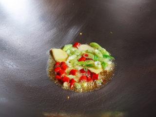 辣炒花甲,花生油烧去生油味,将葱姜辣椒入锅炒香