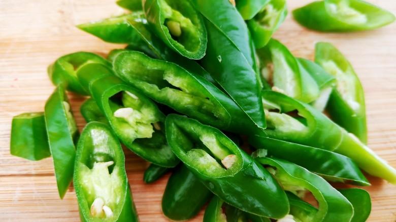 五花肉豆角焖面,几根辣椒切斜圈。