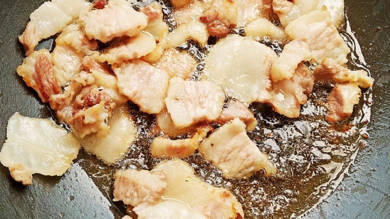 五花肉豆角焖面,小火慢慢的煸出油脂。