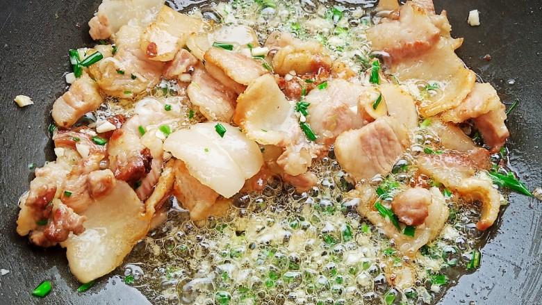 五花肉豆角焖面,翻拌均匀,炒出香味。