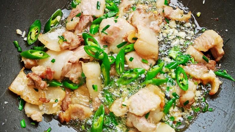 五花肉豆角焖面,加入辣椒翻炒均匀。