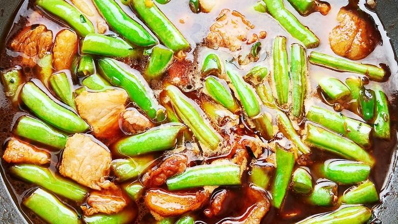 五花肉豆角焖面,加入适量清水大火炖煮,水的量刚刚没过食材即可。