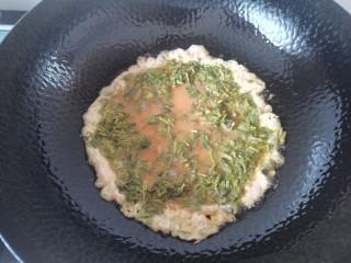 香椿炒蛋,热油倒入香椿鸡蛋液