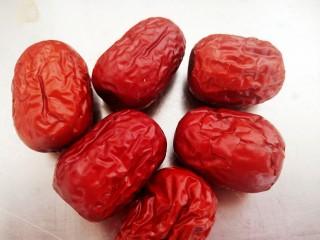 菌菇土鸡汤,准备6个红枣。