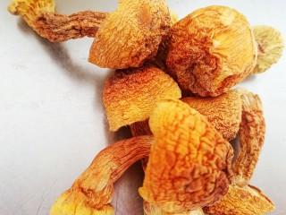 菌菇土鸡汤,准备6个姬松茸。