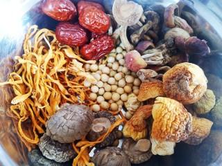 菌菇土鸡汤,所有的食材放到一个盆中。