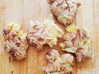 菌菇土鸡汤,几块生姜拍扁。