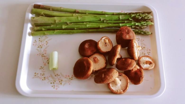 芦笋炒蘑菇,食材准备好。