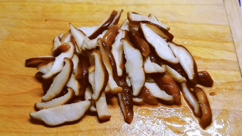 芦笋炒蘑菇,切片备用。