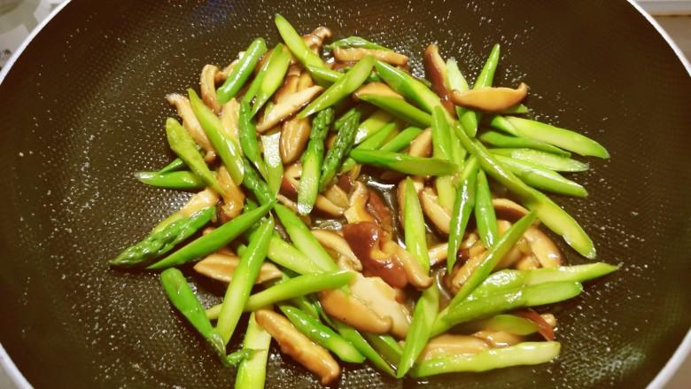 芦笋炒蘑菇,翻拌均匀即可关火出锅。