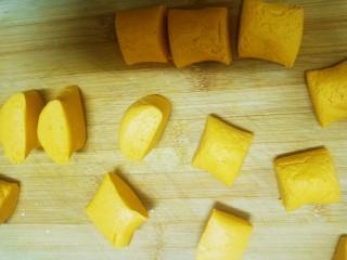 糯米南瓜饼,切成一些大小略微相等的小剂子。