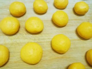 糯米南瓜饼,揉成一个个的小圆球。