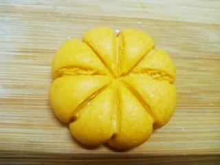 糯米南瓜饼,略微按一下,不要太扁,然后用牙签按出像南瓜一样的花纹。