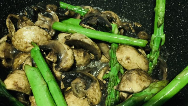 芦笋炒蘑菇,芦笋炒蘑菇出锅