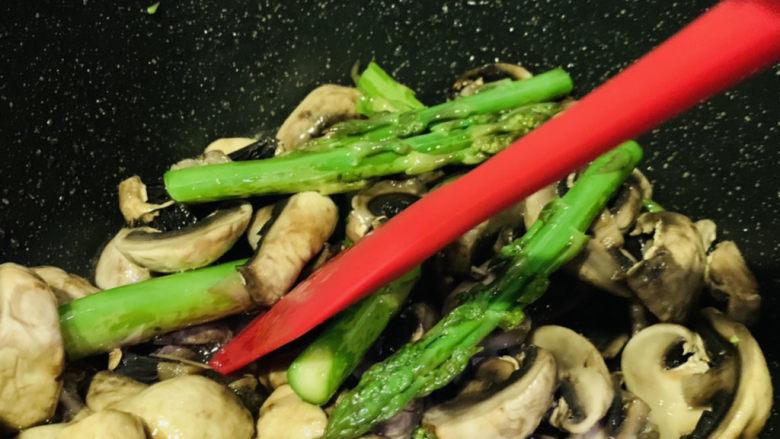 芦笋炒蘑菇,继续翻炒