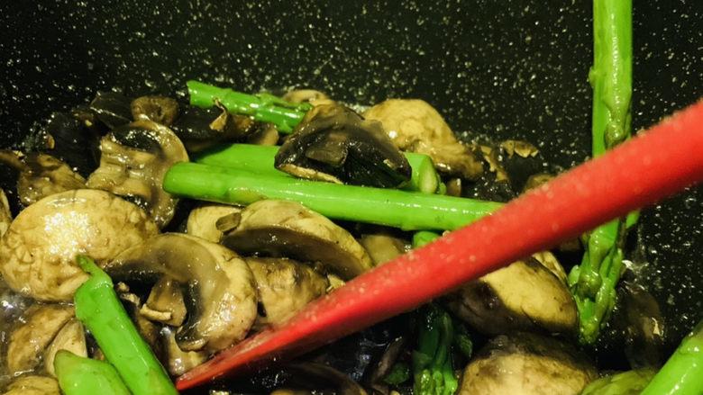 芦笋炒蘑菇,翻炒均匀调料