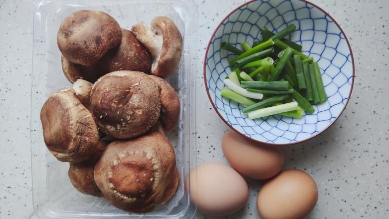 香菇炒鸡蛋,首先我们准备好所有食材