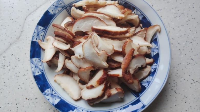 香菇炒鸡蛋,然后洗净,轻轻挤干水分,切成薄片