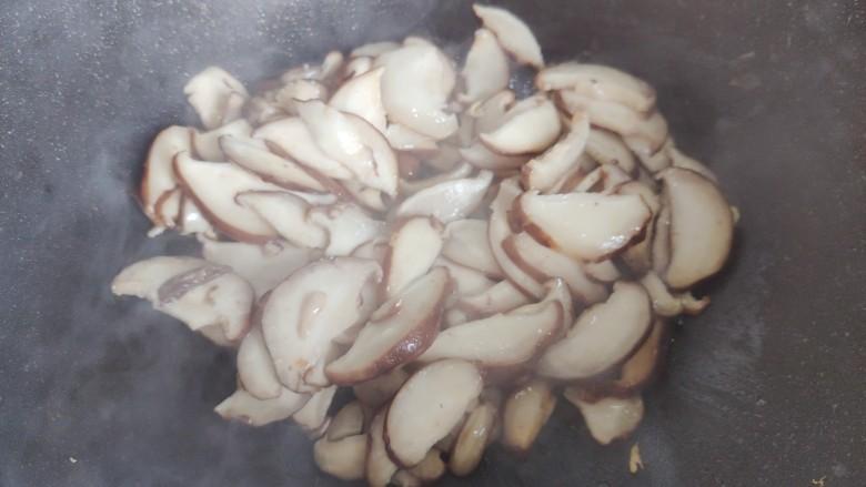 香菇炒鸡蛋,翻炒至香菇稍稍变软,体积变小