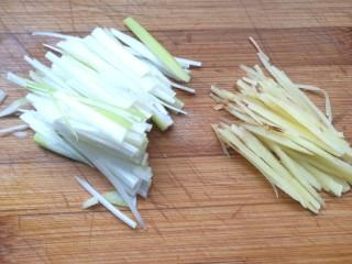 萝卜海带汤,葱姜切丝备用