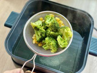 治愈系美食,网红鸡胸肉波奇饭,把西兰花和玉米捞出沥干水备用,西兰花过一下凉水,口感会更脆嫩,颜色也更翠绿。
