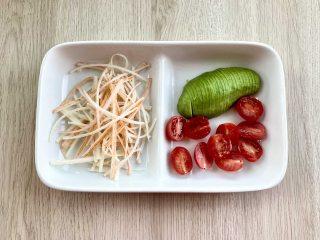 治愈系美食,网红鸡胸肉波奇饭,把蟹肉棒撕成丝,牛油果切成薄片,圣女果对半切开