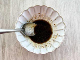 治愈系美食,网红鸡胸肉波奇饭,碗里加1勺橄榄油、1勺黑醋、1勺蜂蜜、1茶匙黑胡椒粉、少许盐,搅拌均匀,调成油醋汁。