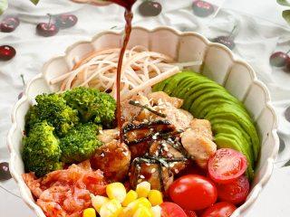 治愈系美食,网红鸡胸肉波奇饭,吃的时候浇上油醋汁,拌匀后就可以开动啦!超级饱腹哦~