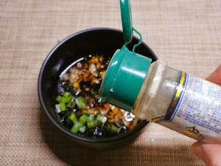 凉拌海草,撒上胡椒粉。
