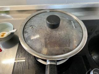 红烧香菇,煮开后转小火加盖炖煮5分钟