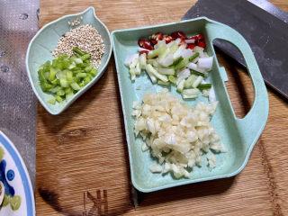 红烧香菇,改刀:小葱葱白切段,葱叶切末,蒜切末,小米辣切圈,