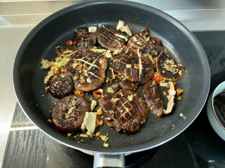 红烧香菇,一面煎一分钟,翻面再煎一分钟
