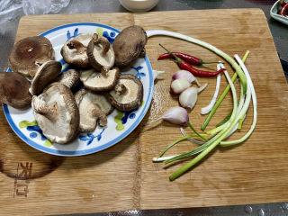 红烧香菇,食材合照:香菇半斤,小葱三根,🧄四头,小米辣两个