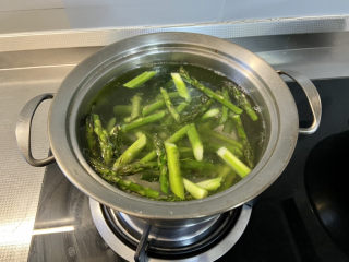 芦笋炒蘑菇➕芦笋蘑菇炒香肠,倒入芦笋,焯烫半分钟