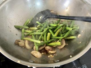 芦笋炒蘑菇➕芦笋蘑菇炒香肠,下芦笋中火翻炒半分钟
