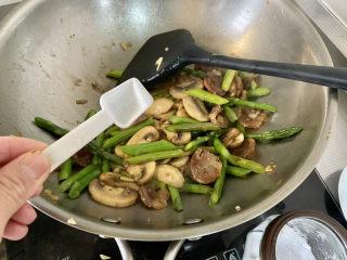 芦笋炒蘑菇➕芦笋蘑菇炒香肠,根据个人口味添加少许盐翻炒均匀