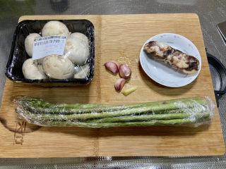 芦笋炒蘑菇➕芦笋蘑菇炒香肠,食材合照:芦笋200g,口蘑200g,香肠一根,蒜三瓣,姜一小块