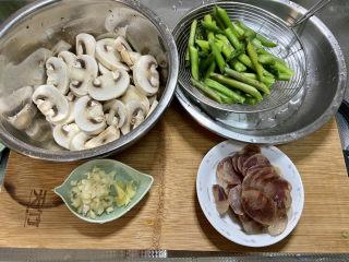 芦笋炒蘑菇➕芦笋蘑菇炒香肠,全部食材准备好