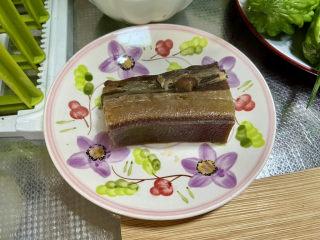 香椿炒腊肉,腊肉煮到可以用筷子戳进肉皮,捞出放到不烫手
