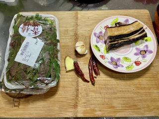 香椿炒腊肉,食材合照:香椿150g,腊肉一块约110g,蒜三瓣,姜一小块,干辣椒两三个