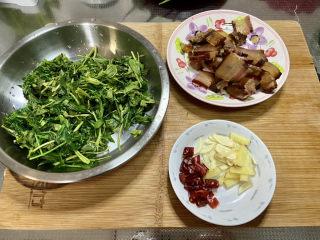 香椿炒腊肉,全部食材准备好