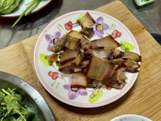 香椿炒腊肉,腊肉切片