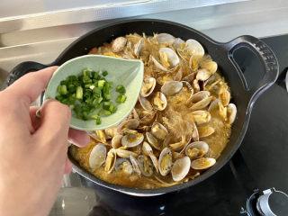 花甲粉丝➕花甲粉丝煲,尝下咸淡,如果觉得淡可以补充少许食盐,出锅前撒葱末即可